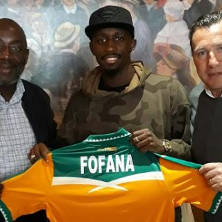 Seko Fofana, entouré du Président de la FIF et de Marc Wilmots, présente son maillot des Eléphants.  (Photo : FK - FIF)